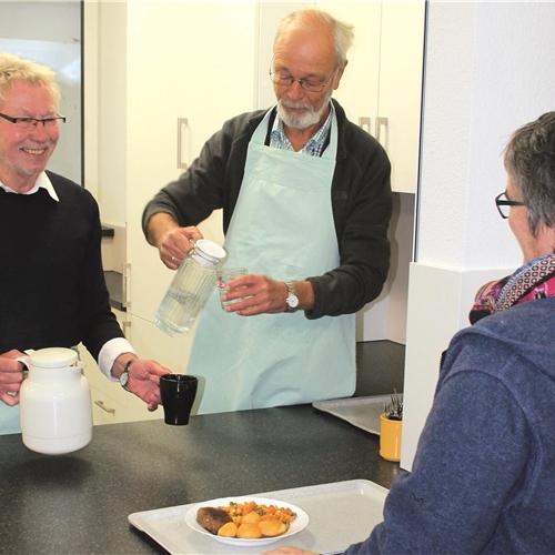 Suppenküche - Ehrenamtliche geben Essen und Zuwendung